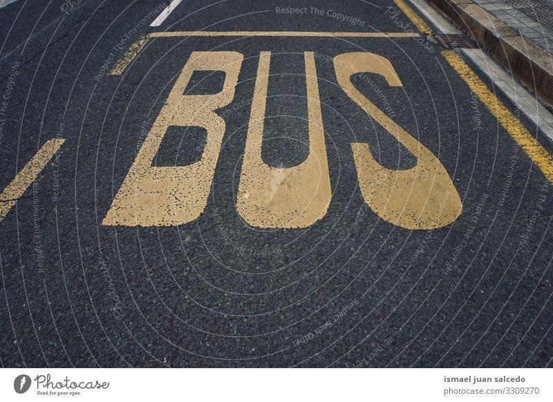 Bushaltestellenschild auf dem Asphalt in der Stadt Bilbao Spanien Ampel Verkehrsgebot signalisieren Straße Ermahnung Großstadt Verkehrsschild Zeichen Symbol Weg