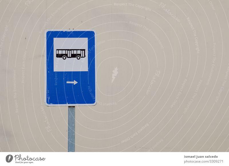 Bushaltestellen-Verkehrsampel auf der Straße in der Stadt Bilbao Spanien Ampel Verkehrsgebot signalisieren Ermahnung Großstadt Verkehrsschild Zeichen Symbol Weg