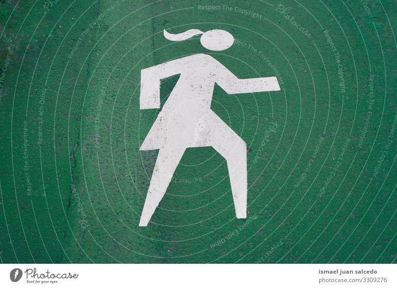 Fußgängerin Straßenschild auf der grünen Straße in der Stadt Bilbao Spanien Gehhilfe Ampel signalisieren Ermahnung Verkehr Großstadt Verkehrsschild Zeichen
