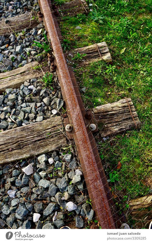 alte verlassene Eisenbahnschiene im Bahnhof Schiene Eisenbahngleis Eisenbahnlinie Bahngleise Station Zug Transport reisen Industrie Weg Linie Fahrspur Metall
