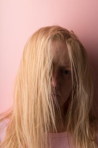 Bildnis der schönen jungen Frau mit herrlich hellem Haar, Pony auf dem Gesicht. Nahaufnahme. blond Person Knall Kinder Farben Eleganz erotisch Auge Glamour