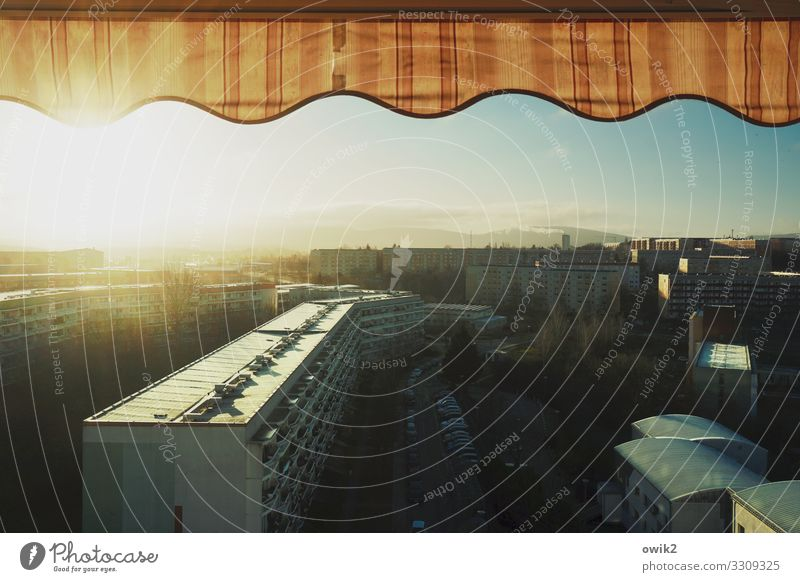 Wellness Himmel Sonne Haus Gebäude Deutschland hell leuchten glänzend Schönes Wetter Wolkenloser Himmel Balkon eckig Stadtrand Plattenbau Kleinstadt bevölkert