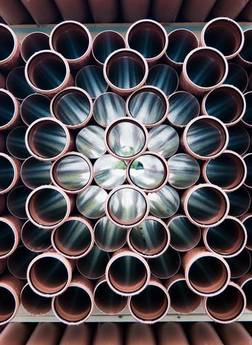 Röhricht Röhren Stapel Einblick Kunststoff leuchten liegen Zusammensein glänzend rund viele Ordnung identisch gleich aufeinander Menge Baumarkt Auswahl Farbfoto