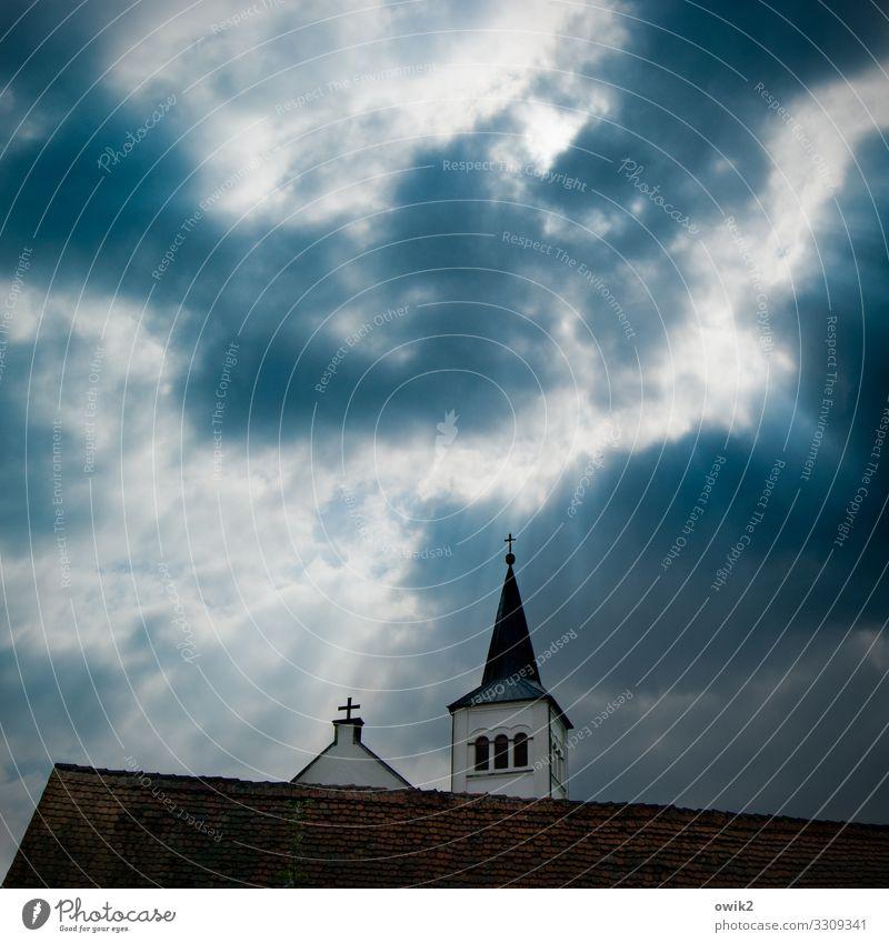 Kirchturmpolitik Himmel Wolken Sonne Kirche Gebäude Kirchturmspitze Kreuz Christliches Kreuz Dorfkirche Dach dunkel hoch oben Spitze trösten ruhig Ausdauer