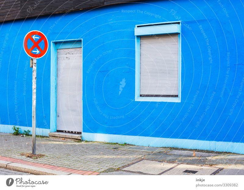 Nicht Halten und nicht Besuchen Menschenleer Bürgersteig Fassade Fenster Tür Zeichen Verkehrszeichen Halteverbot blau geschlossen Jalousie Farbfoto mehrfarbig
