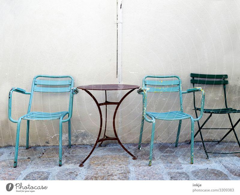 Kuba Kleinstadt Menschenleer Fassade Tisch Stuhl Gartentisch Gartenstuhl Klappstuhl authentisch alt einfach nebeneinander Wand Farbfoto Außenaufnahme