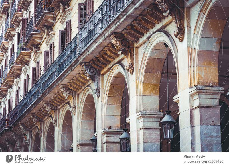 Arkaden eines Wohngebäudes Stadt Hauptstadt Bauwerk Gebäude Architektur Fassade Balkon Terrasse Fenster Stein Beton Metall Stahl alt ästhetisch authentisch groß