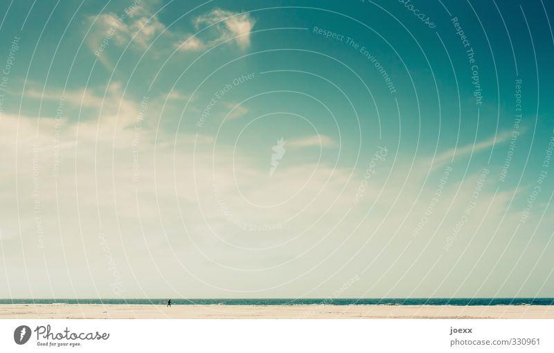 weit weit weg Mensch Himmel Ferien & Urlaub & Reisen blau grün Sommer Landschaft ruhig Wolken Strand Ferne gelb Horizont laufen Insel Schönes Wetter