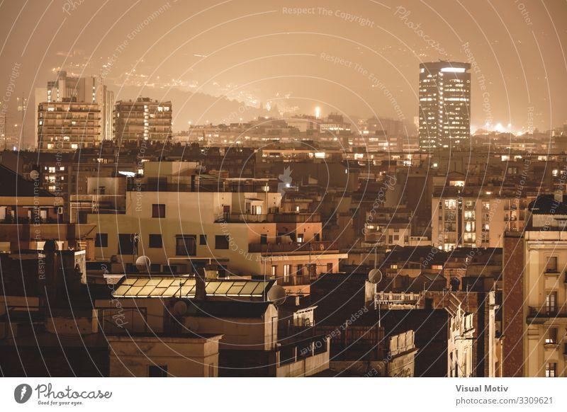 Gebäude unter den Lichtern der Stadt, umgeben von einer nebligen Atmosphäre Hauptstadt Hafenstadt Skyline bevölkert Bauwerk Architektur Fenster Fassade Balkon
