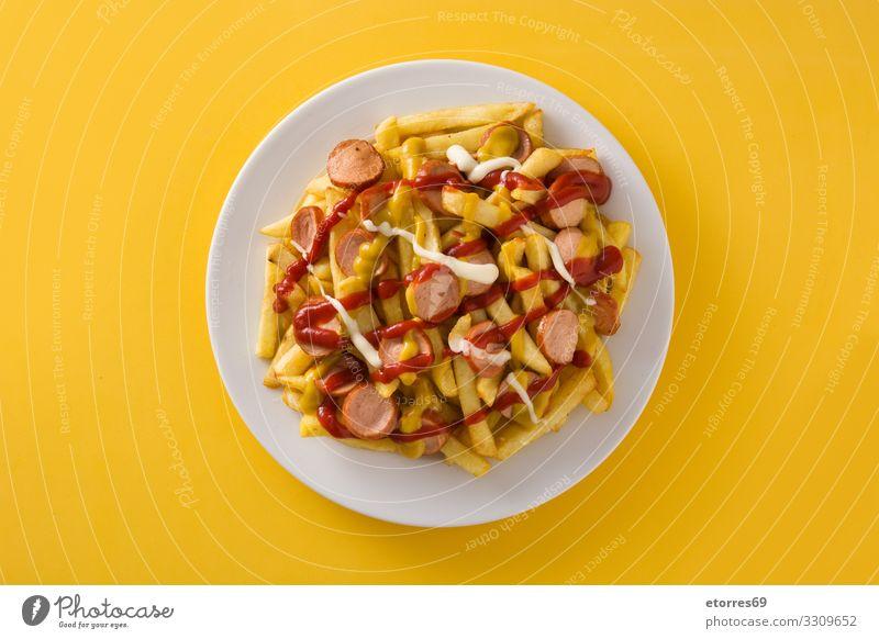 Typisch lateinamerikanischer Salchipapa. Abendessen Fastfood Fett Lebensmittel Foodfotografie Pommes frites Fries Ketchup Mittagessen Mayo mischen Senf okate
