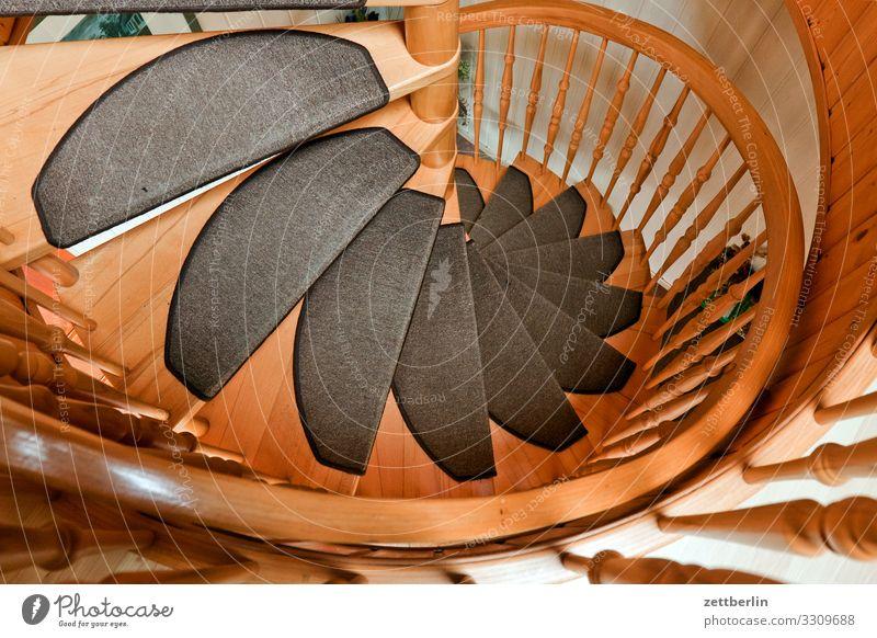 Wendeltreppe Treppe Holz Holzleiter Niveau aufsteigen Abstieg Teppich rund Spirale Geländer Treppengeländer Haus Wohnhaus Ferienhaus Etage