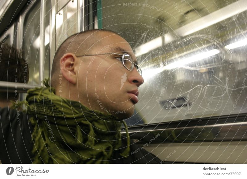 Charly goes Metro Mann Fenster Brille U-Bahn Skinhead