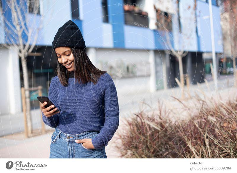 Frau Mensch Jugendliche Junge Frau schön schwarz 18-30 Jahre Straße Lifestyle Erwachsene feminin Glück Textfreiraum Technik & Technologie Lächeln stehen
