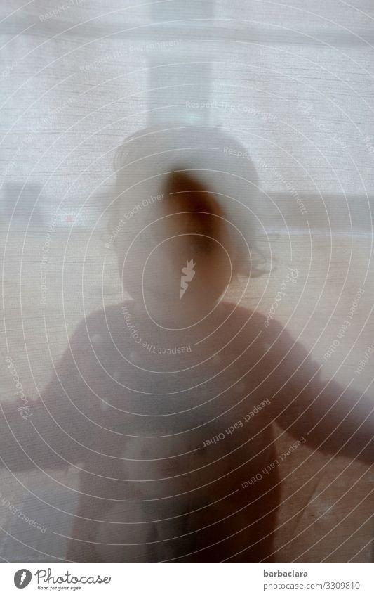 Kleinkind versteckt sich hinterm Vorhang Häusliches Leben Wohnung Mädchen 1 Mensch Fenster Pullover Textilien Glas Schneemann Lächeln Spielen stehen