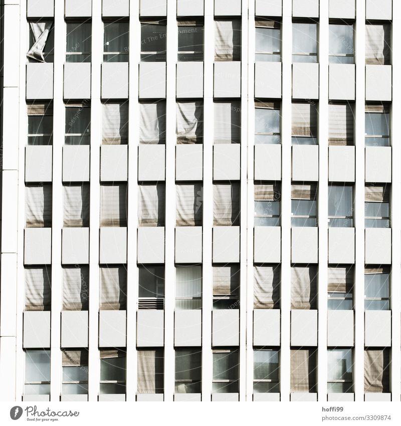 trostlose Hochhausfassade mit deformierten kaputten Jalousien Mauer Wand Fassade Fenster Linie alt bedrohlich hässlich Stadt Traurigkeit Angst gefährlich