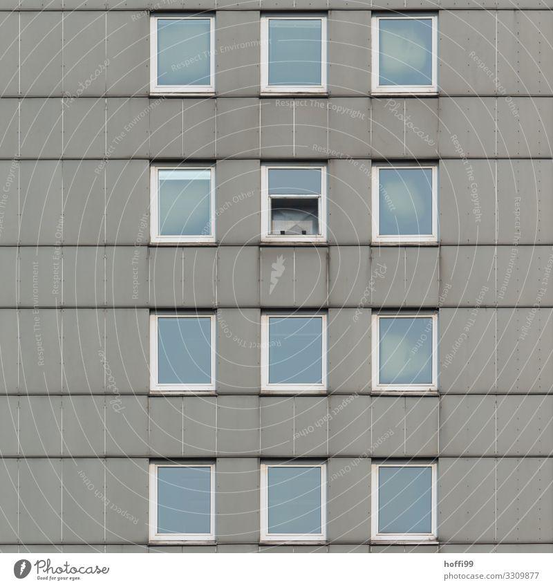 trostlose Hochhausfassade mit einem halb geöffneten Fenster Haus Gebäude Fassade Stein Glas Linie Armut bedrohlich kalt kaputt modern retro Stadt blau grau