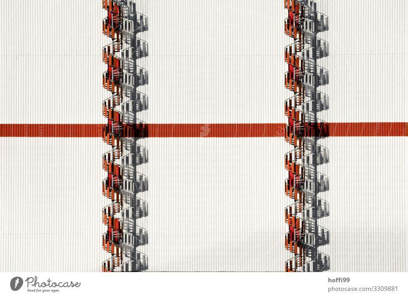 doppelte rote Wendeltreppe an weisser Fassade Industrieanlage Gebäude Treppe Linie ästhetisch außergewöhnlich einfach hell modern Stadt weiß Zufriedenheit