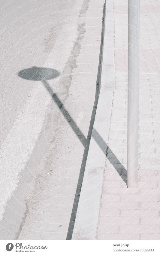 Zig the Zag Verkehr Verkehrswege Straßenverkehr Autofahren Fahrradfahren Wege & Pfade Verkehrszeichen Verkehrsschild ästhetisch außergewöhnlich grau Einsamkeit