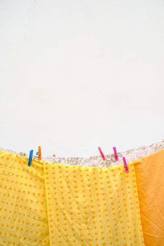 Dry and dry again Häusliches Leben Reinigungskraft Mauer Wand Wäscheleine hängen Duft frisch hell nachhaltig natürlich Sauberkeit trashig trocken Wärme gelb