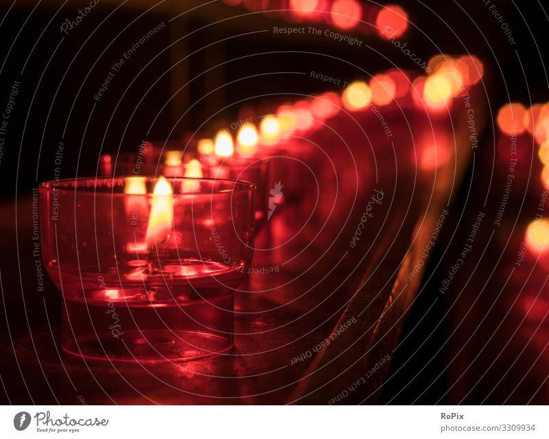 Kerzen in einer Kirche. Lifestyle Design Gesundheit Erholung Meditation Bildung Erwachsenenbildung Kunst Stadt Dom authentisch Gebet Religion & Glaube