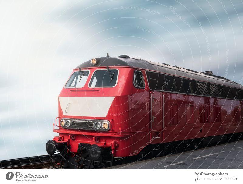 Lokomotivzug und Bahnsteig. Rote Oldtimer-Lokomotive Ferien & Urlaub & Reisen Tourismus Bahnhof Verkehr Öffentlicher Personennahverkehr Fahrzeug Schienenverkehr
