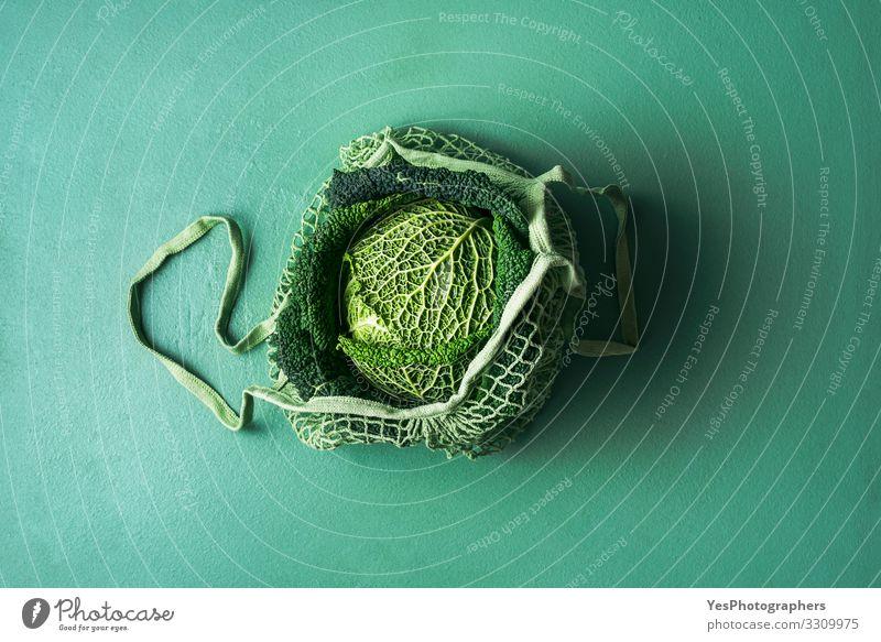 Wirsing in umweltfreundlicher Stofftasche. Wiederverwendbare Einkaufstasche Lebensmittel Gemüse Ernährung Bioprodukte Vegetarische Ernährung Diät kaufen