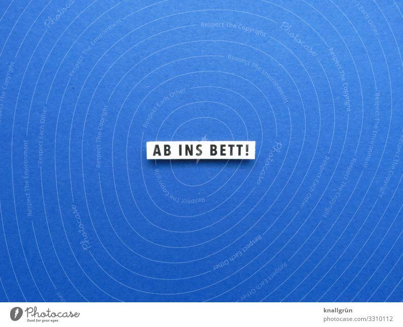 AB INS BETT! Schriftzeichen Schilder & Markierungen Kommunizieren schlafen blau schwarz weiß Gefühle Vorfreude ruhig Erholung Farbfoto Studioaufnahme