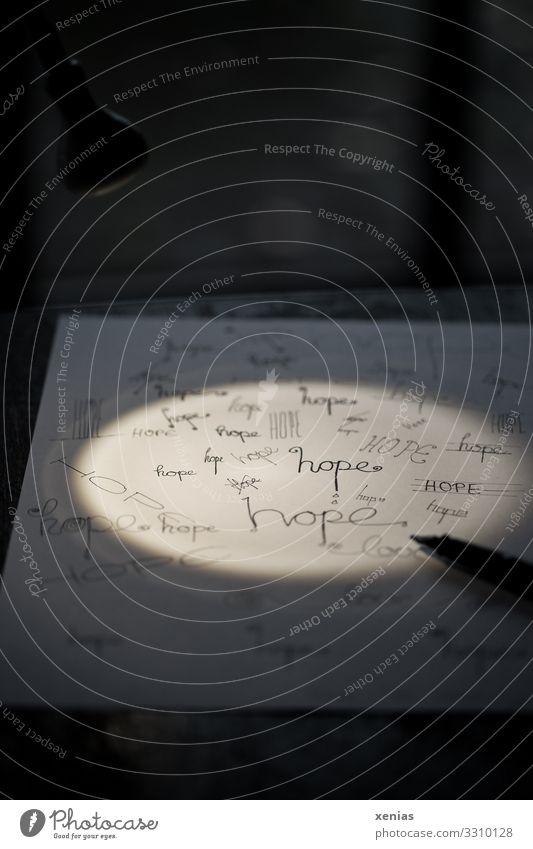 Geschriebenes / hope im Schein einer kleinen Lampe Schreibtisch Raum Schriftzeichen Schreibwaren Schreibstift schreiben schwarz weiß Gerechtigkeit
