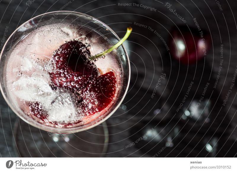Detoxgetränk mit Kirsche und Eiswürfel Frucht Bioprodukte Getränk Erfrischungsgetränk Trinkwasser Glas Lifestyle Gesunde Ernährung Bar Cocktailbar genießen