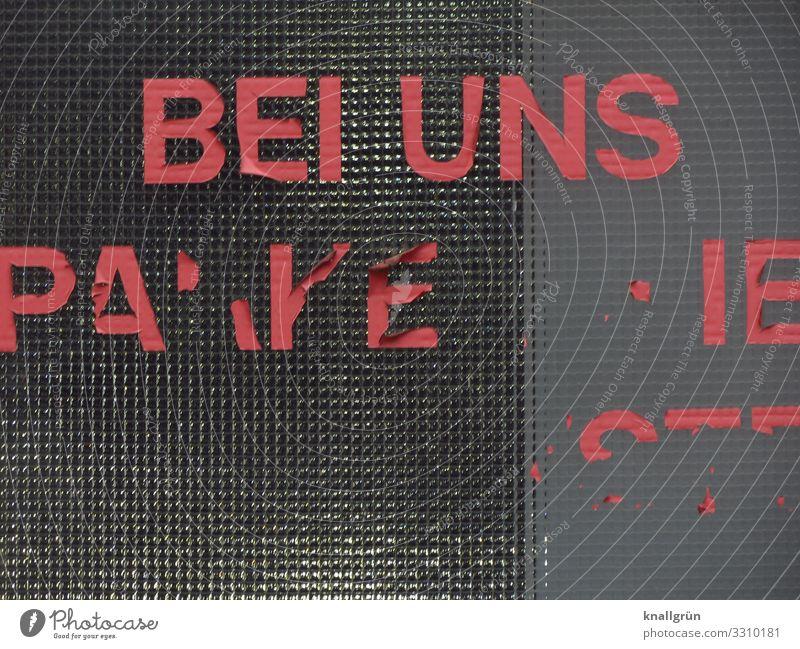 BEI UNS Parkhaus Fenster Glasscheibe Klebebuchstaben Etikett Schriftzeichen Kommunizieren kaputt Stadt grau rot Farbfoto Außenaufnahme Menschenleer