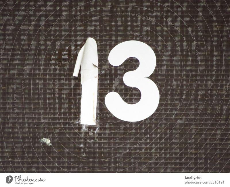 13 Etikett Ziffern & Zahlen Kommunizieren kaputt schwarz weiß Stadt Hausnummer Drahtglas Fensterscheibe Schwarzweißfoto Außenaufnahme Menschenleer