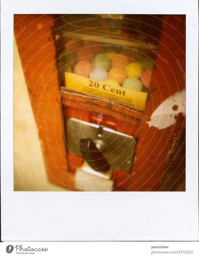 Geldbetrag Kindheitserinnerung. Polaroid eines Kaugummiautomaten Lebensmittel Süßwaren kaufen Stil Freude Cent 20 drehen bezahlen Geldmünzen mehrfarbig Kugel