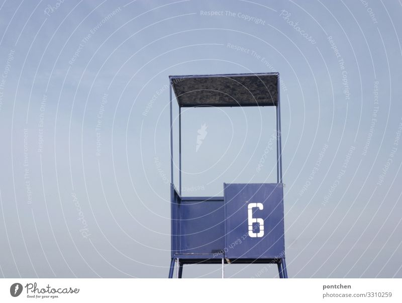 Blauer Strandposten mit Aufschrift Nummer  sechs vor blauem Himmel Ferien & Urlaub & Reisen Freiheit Sommer Sommerurlaub Sicherheit Turm Bademeister Überwachung