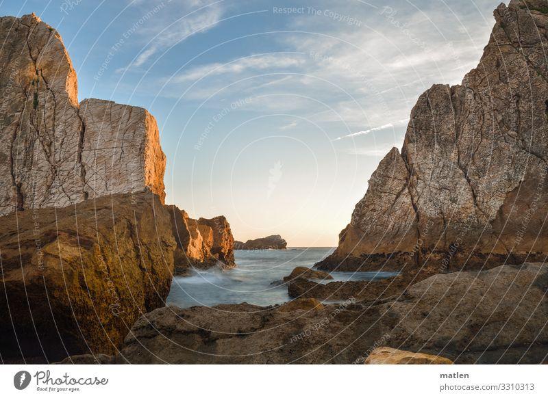 Abend Landschaft Wasser Himmel Horizont Sommer Schönes Wetter Hügel Felsen Wellen Küste Strand Bucht Riff Meer Menschenleer maritim blau braun ruhig Farbfoto
