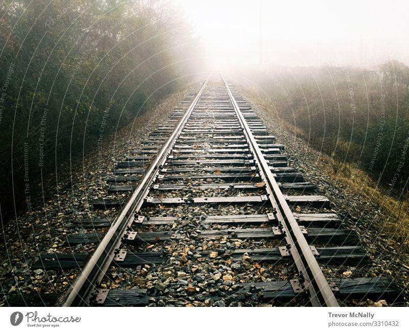 Ferien & Urlaub & Reisen Einsamkeit Ferne dunkel Traurigkeit Stimmung Abenteuer Zukunft Eisenbahn Ziel Zukunftsangst Fernweh Stress Gleise Erschöpfung