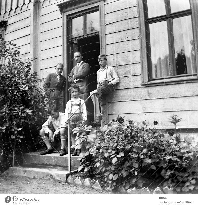 Vater mit Söhnen maskulin Junge Mann Erwachsene Geschwister Bruder 5 Mensch Blume Blumenbeet Haus Mauer Wand Treppe Fassade Fenster Tür Treppengeländer Hose