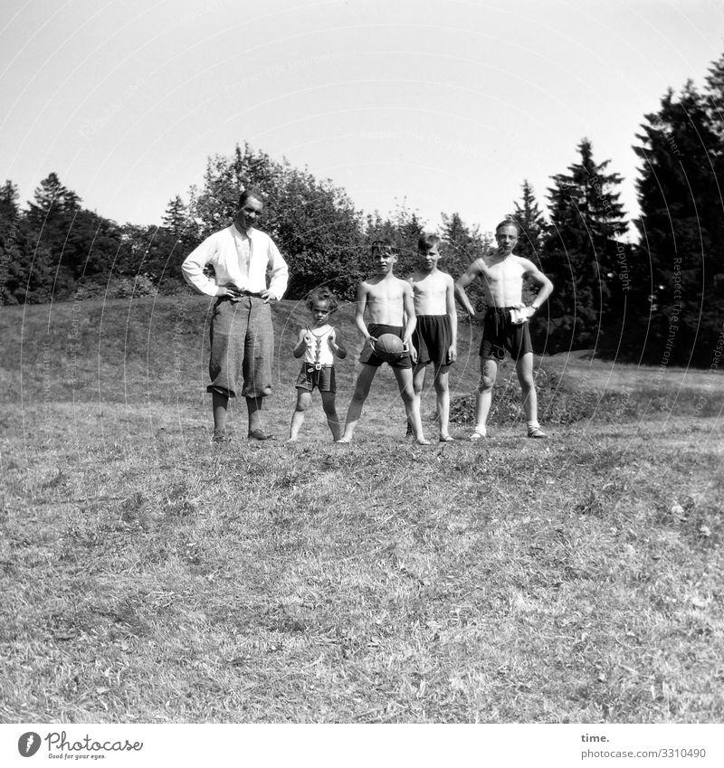 Vater mit Söhnen und Ball maskulin Junge Junger Mann Jugendliche Erwachsene 5 Mensch Umwelt Natur Landschaft Horizont Schönes Wetter Wiese Wald Hügel T-Shirt