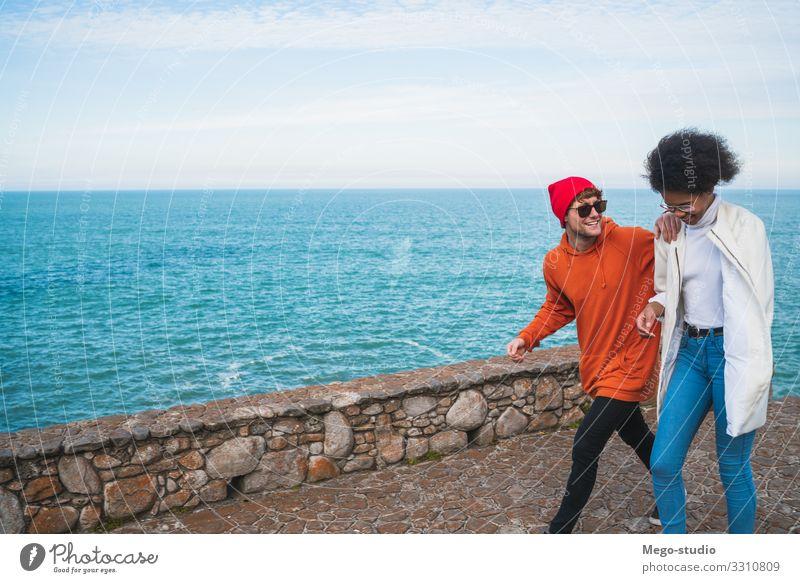 Zwei Freunde, die Spaß miteinander haben. Lifestyle Stil Freude Glück schön Erholung Freizeit & Hobby Ferien & Urlaub & Reisen Ausflug Freiheit Meer Frau