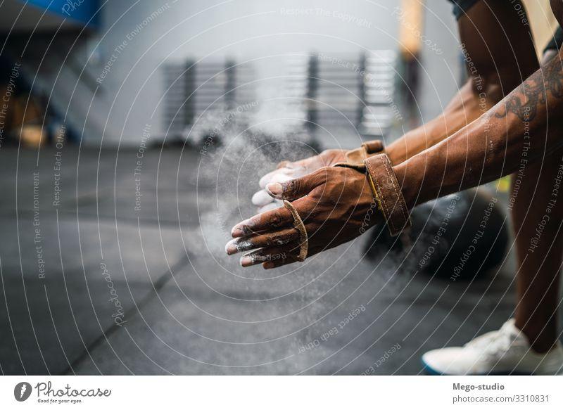 Fitness-Mann, der sich die Hände mit Kreide-Magnesium-Pulver einreibt. Lifestyle Körper Sport Mensch Erwachsene Hand Gebäude muskulös stark schwarz Kraft