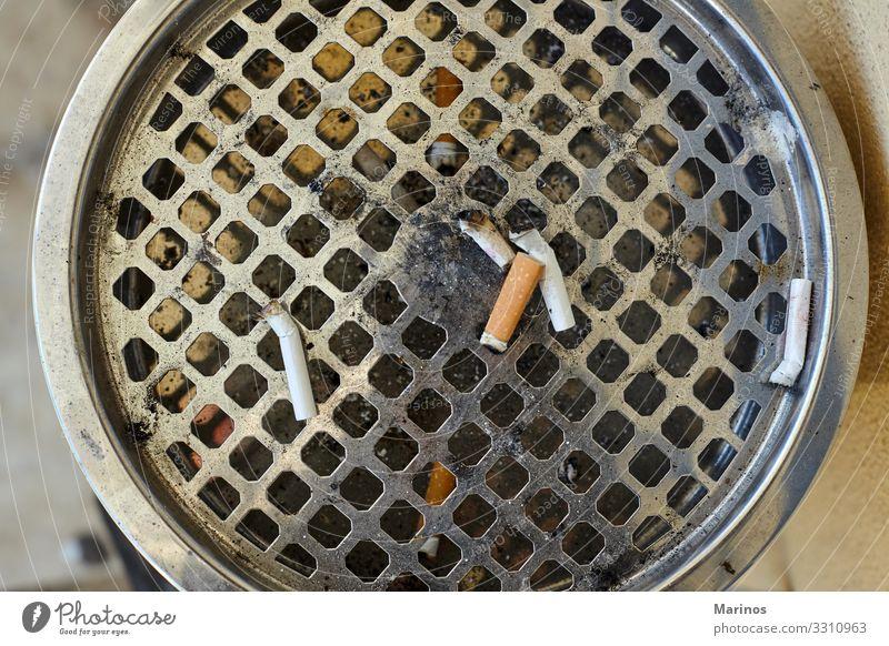 Nahaufnahme eines großen Aschenbechers mit heruntergefallenen Zigaretten. Krankheit stehen dreckig Hintern Gesundheit Rauch ungesund Sucht Krebs Müll Tabak