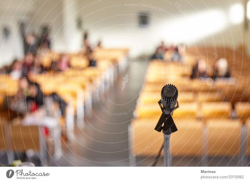 Nahaufnahme des Mikrofons im Lehrsaal der Universität. Tisch Publikum Erwachsenenbildung Business Sitzung Medien Kirche Leistung Tagung Raum Öffentlich dozieren