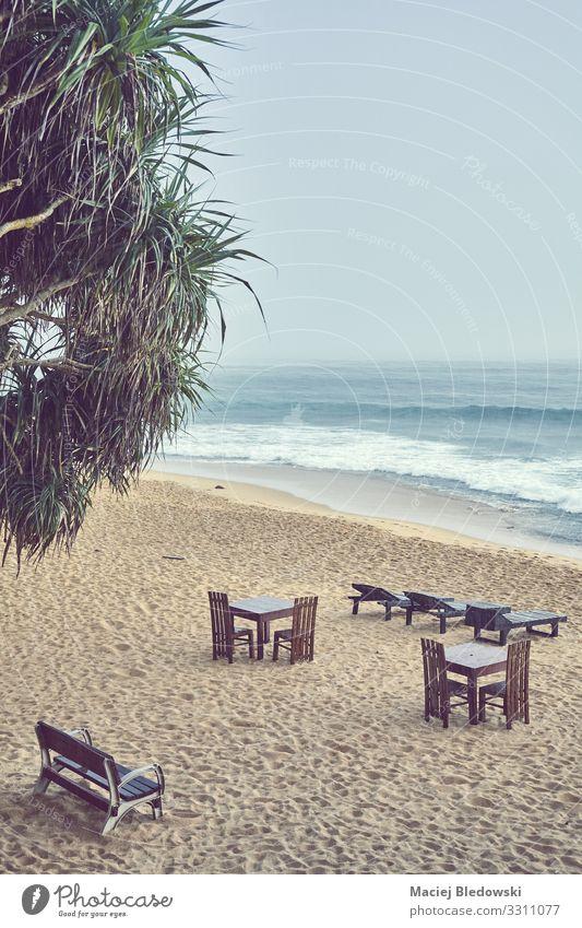 Leerer Strand an einem regnerischen Tag. exotisch Ferien & Urlaub & Reisen Tourismus Sommerurlaub Meer Insel Stuhl Tisch Natur Himmel schlechtes Wetter Regen