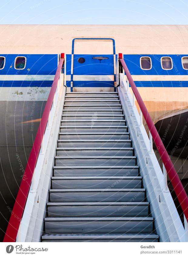 Gangway eines alten Zivilflugzeuges Ferien & Urlaub & Reisen Luftverkehr Verkehr Bullauge Flugzeug Passagierflugzeug Metall Stahl retro Geschwindigkeit blau rot