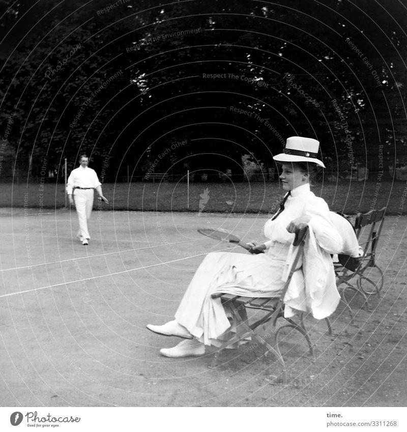 Neues vom Spocht (1) Stil Freizeit & Hobby Sport Tennis Bank Zaun Sportstätten Tennisplatz maskulin feminin Frau Erwachsene Mann 2 Mensch Sand Schönes Wetter