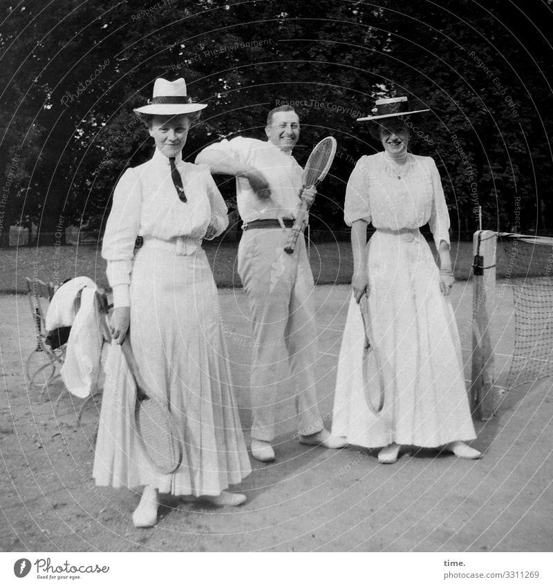 Neues vom Spocht (2) Stil Freizeit & Hobby Sport Sportstätten Tennis Tennisschläger Tennisplatz maskulin feminin Frau Erwachsene Mann 3 Mensch Sand