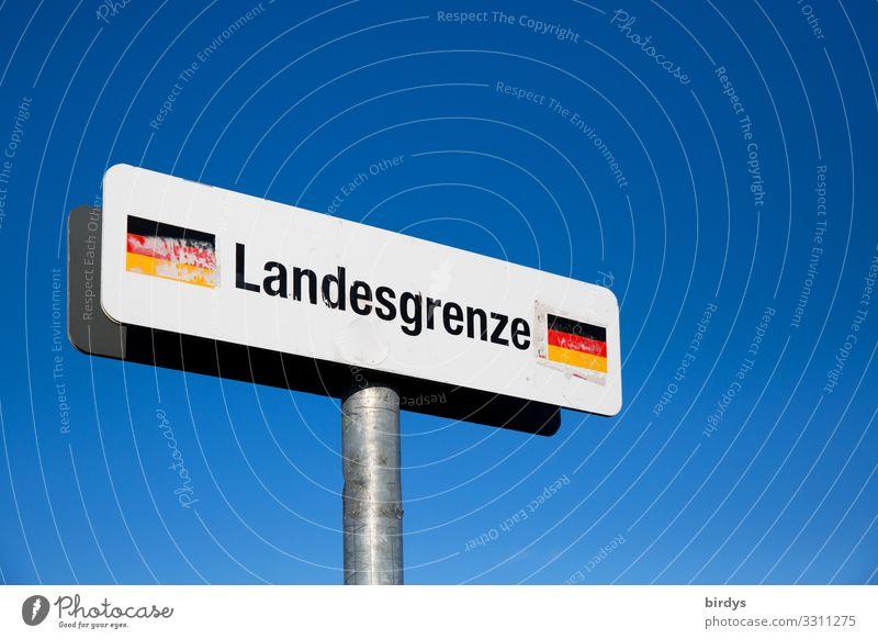 Schild Landesgrenze Deuschland vor blauem Himmel, an einem Füßgängerweg im Grenzgebiet Deutschland - Schweiz Wolkenloser Himmel Klimawandel Schönes Wetter Wärme