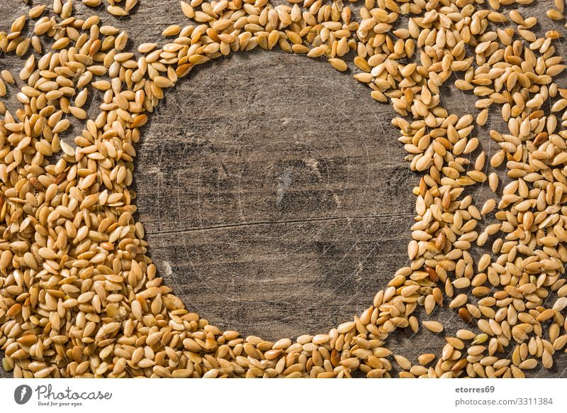 Goldene Leinsamen auf Holztisch. Leerzeichen kopieren gold Saatgut Lebensmittel Gesunde Ernährung Foodfotografie Gesundheit Diät Zutaten Getreide Korn