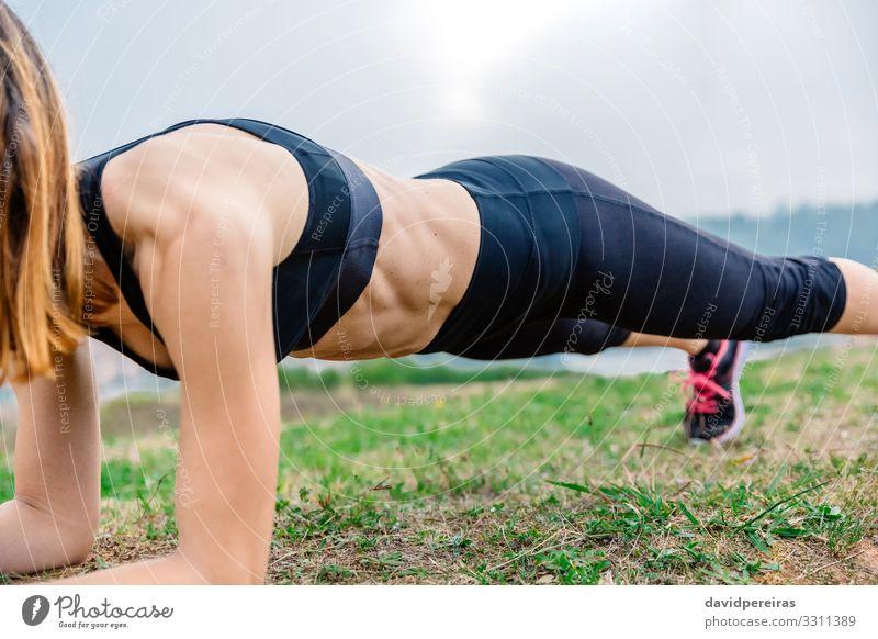 Weibliche Athletin trainiert auf dem Brett Lifestyle Körper Sport Mensch Frau Erwachsene Gras Turnschuh Fitness sportlich dünn muskulös stark Kraft Energie