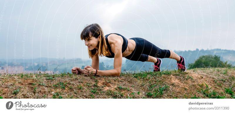 Weibliche Athletin trainiert auf dem Brett Lifestyle Glück Körper Sport Internet Mensch Frau Erwachsene Gras Turnschuh Fitness Lächeln sportlich dünn muskulös
