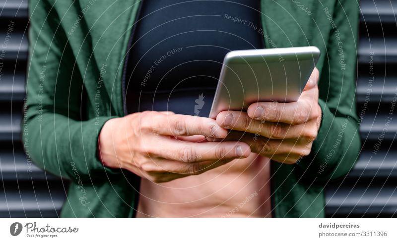 Frauenhände mit gekauten Nägeln Handy PDA Mensch Erwachsene Körperpflege gekaute Nägel Onychophagie gebissene Nägel unkenntlich Habitus nervöses Zucken